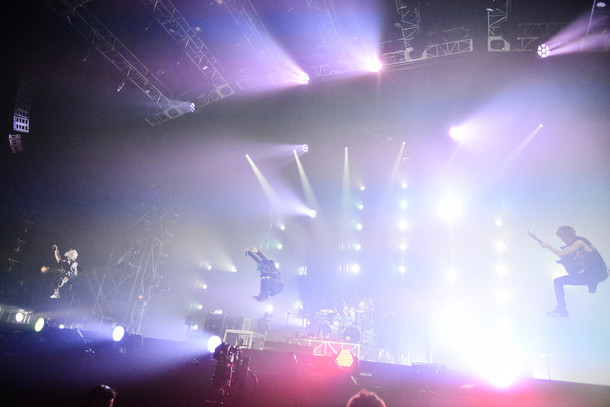 "ONE OK ROCK「ONE OK ROCK 2015 ""35xxxv"" JAPAN TOUR」埼玉・さいたまスーパーアリーナ公演の様子。(Photo by RUI HASHIMOTO[SOUND SHOOTER])"