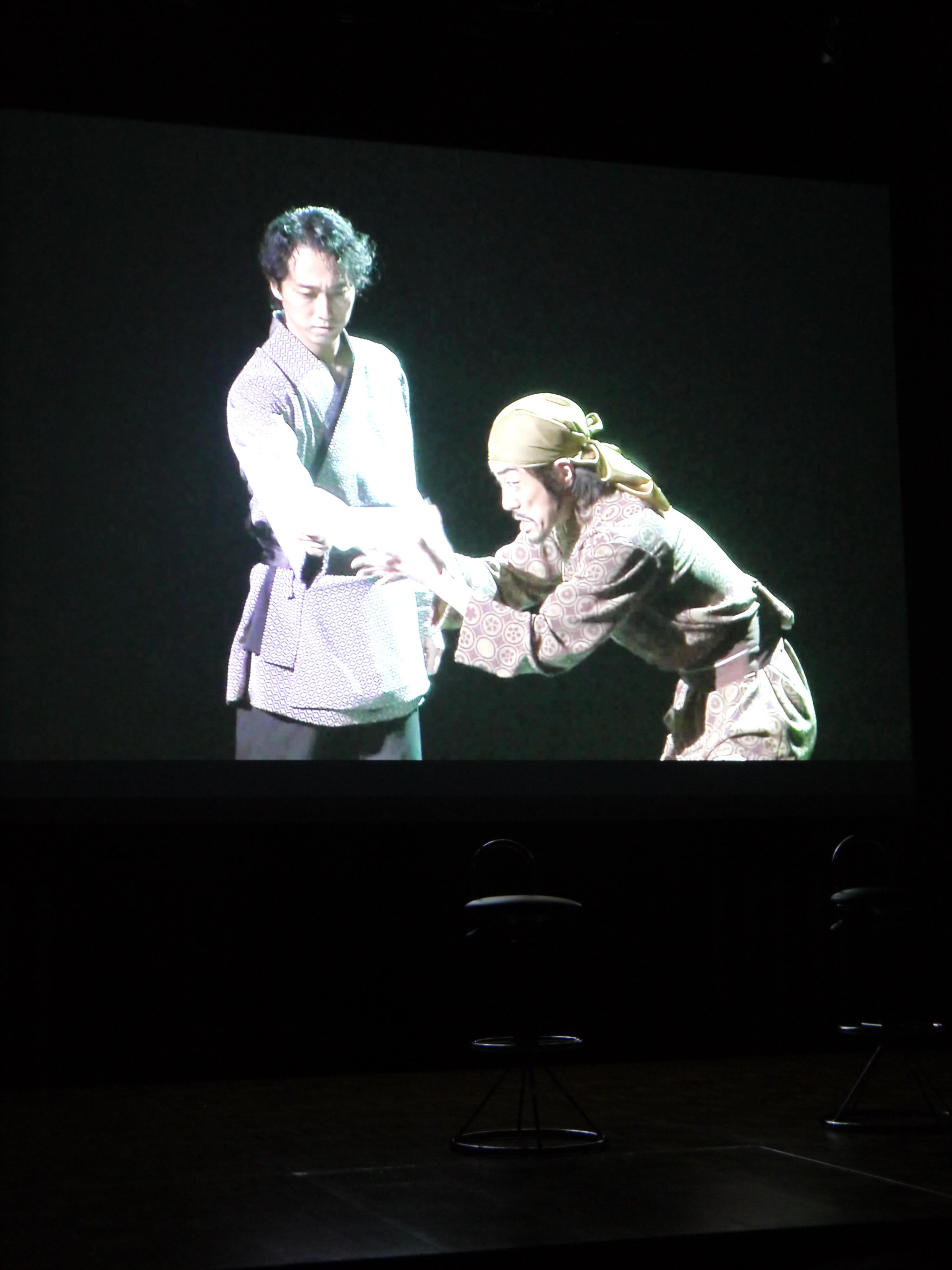 記者会見場のスクリーンに映し出されたダイジェスト映像