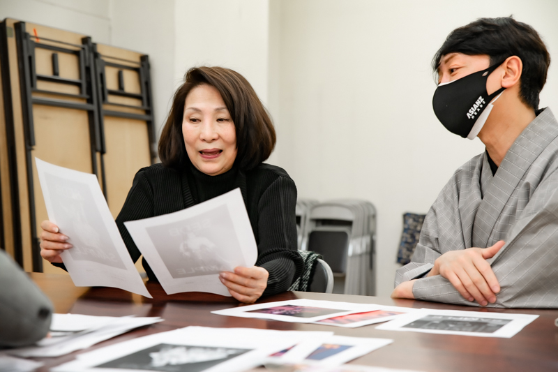 打ち合わせ中の久里子さんと雪之丞さん。『十七世中村勘三郎の話』で使用する写真を選別中!