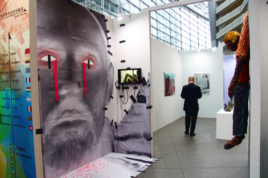 (左)Yochai Matos《The Crying Artist》2018年、(右)Federico Uribe《Hang me out to dry》2016年