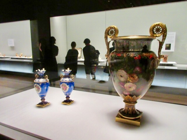 左:壺「アデライド」一対 器形:ジャン=シャルル=フランソワ・ルロワ 装飾:ピエール=ジョゼフ・ルドゥーテ 1846年 右:壺「テリクレアン」 器形:ジャン=シャルル=フランソワ・ルロワ 装飾:ピエール=ジョゼフ・ルドゥーテ 1842年