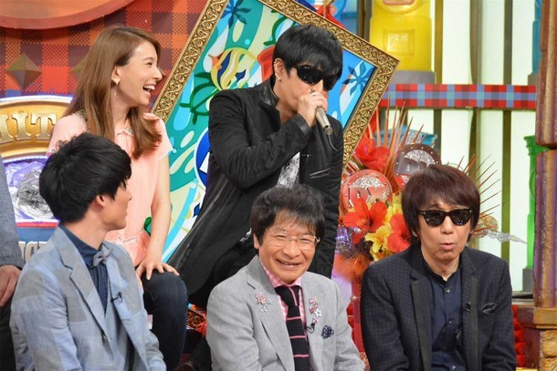 """後列右が、""""悪口ボイパ""""を披露しているGACKT。(c)読売テレビ"""