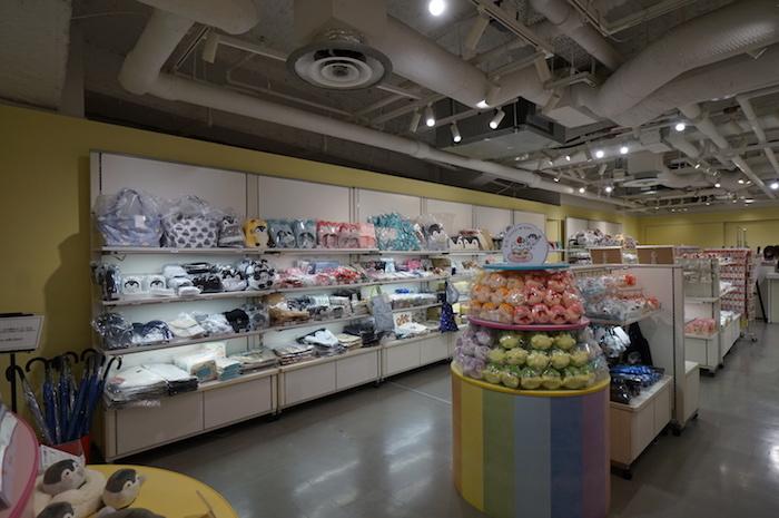 壁沿いが一般商品、中央がにじいろミュージアムの記念商品だ