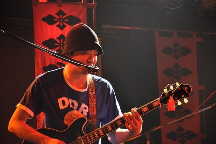 開演間もない頃、高木のギターには確かに生田神社の御守が付いていた。  (撮影:吉永美和子)