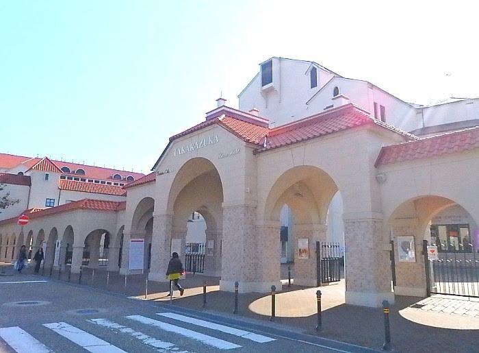 宝塚大劇場の正面入口