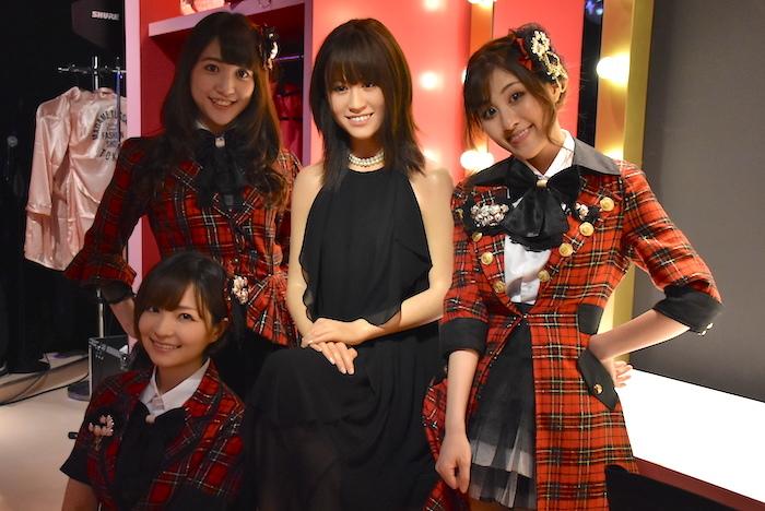 元AKB48メンバーのそっくりさん「DREAM48」と、前田敦子のフィギュア