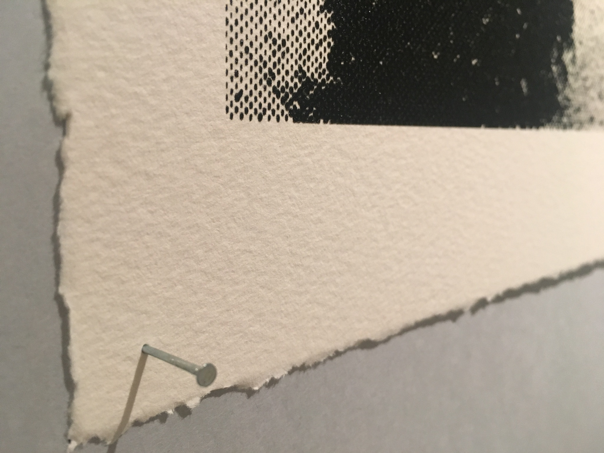 ピンで留めるだけのシンプルな展示 紙もかなり厚め