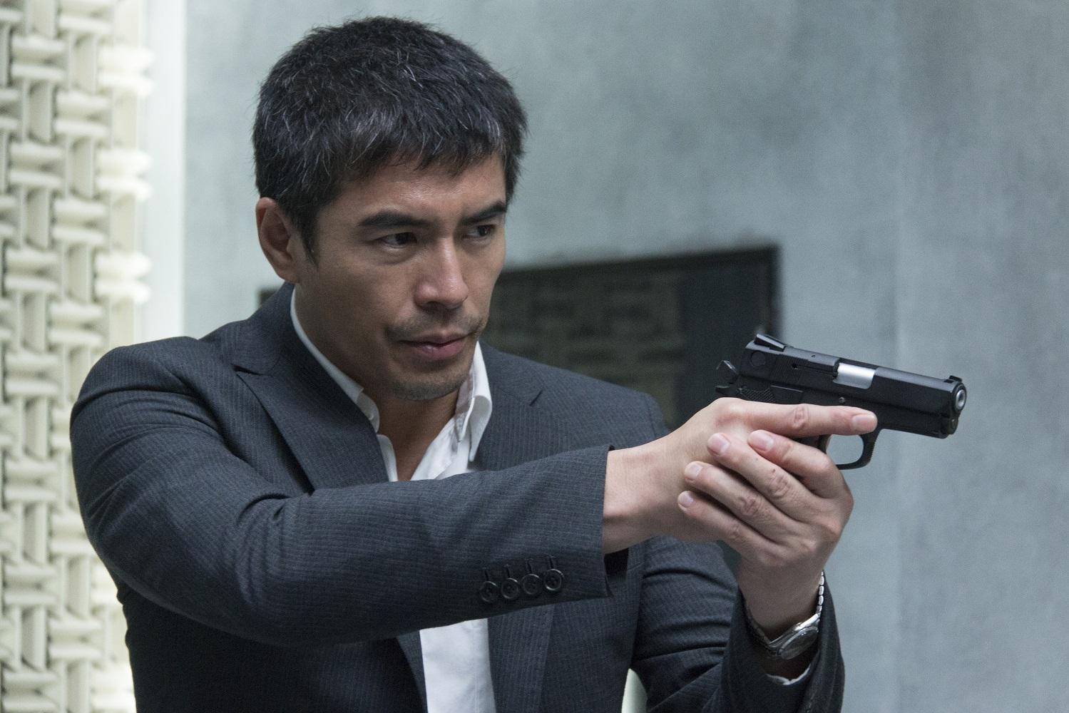 銃を構えている伊藤英明