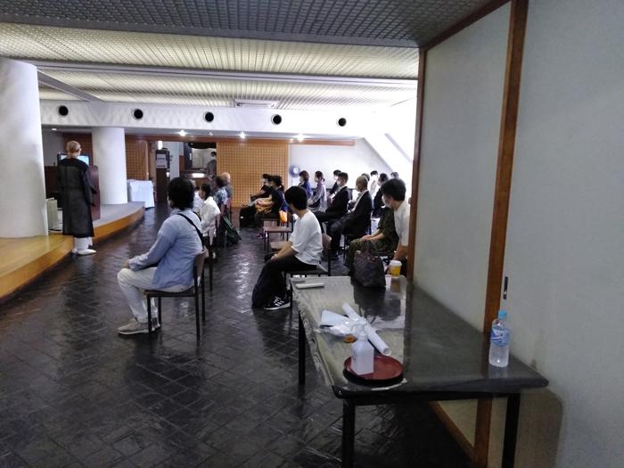 別講堂でのモニター参列(目黒・五百羅漢寺)2020.8.6 (写真提供:移動演劇桜隊平和祈念会)