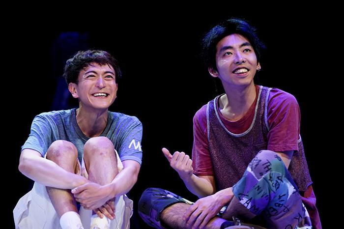 左:篠山輝信  右:柄本時生 (世田谷パブリックシアター『チック』 撮影:細野 晋司)