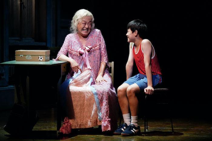 『ビリー・エリオット』舞台写真。左:阿知波悟美、右:利田太一(撮影:田中亜紀)
