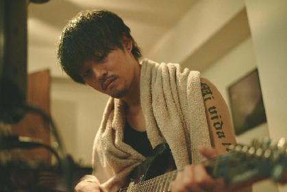 松坂桃李が緑髪、口ひげ、タトゥーありのワイルドな姿に 映画『キセキ ーあの⽇のソビトー』劇中写真が解禁