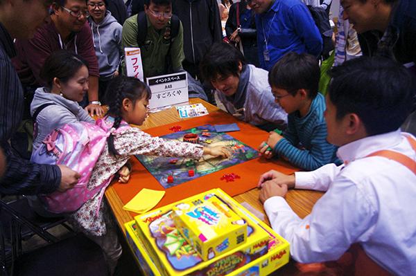 すごろくやのブースでは、家族でゲームを楽しむ姿も (c)DEAR SPIELE