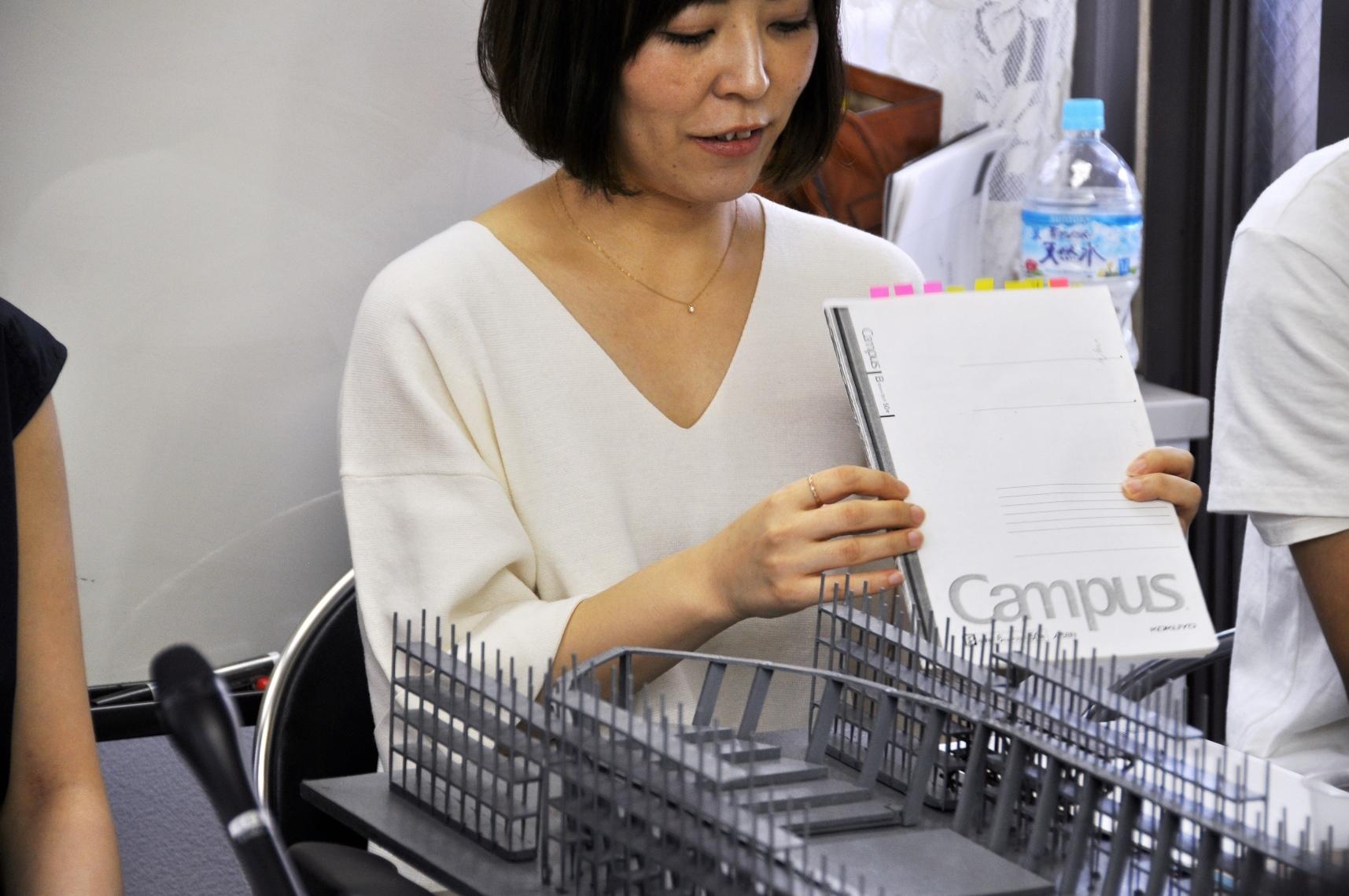 現在役者たちが持ち歩いている、松本雄吉が遺したネタ帳のコピー「松本ノート」を見せる平野。