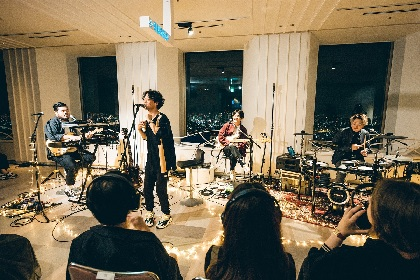 "FIVE NEW OLD、海抜251mの展望台で""無音""のサイレントライブ開催"
