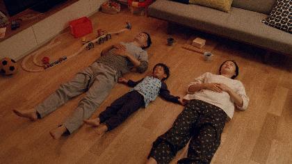"""加瀬亮と長澤まさみが夫婦役でCM出演 子供を囲んで幸せな""""川の字""""に"""