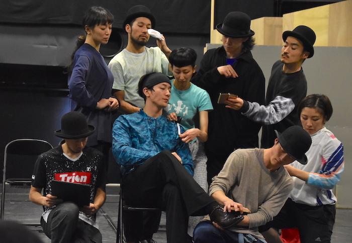 大貫勇輔(中央)と、〈特に踊る〉ダンサー8人
