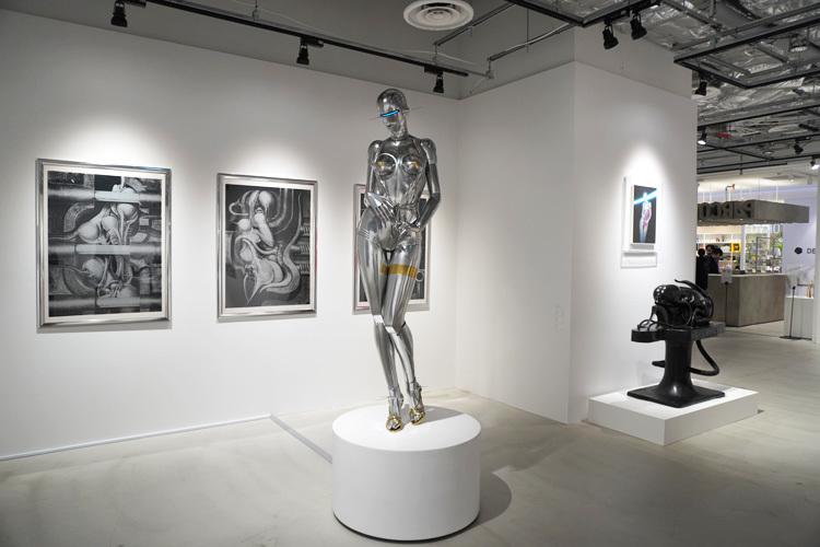 展示風景。中央の立体はHajime Sorayama《Sexy Robot life Size standing model_A》2015 (C)Hajime Sorayama