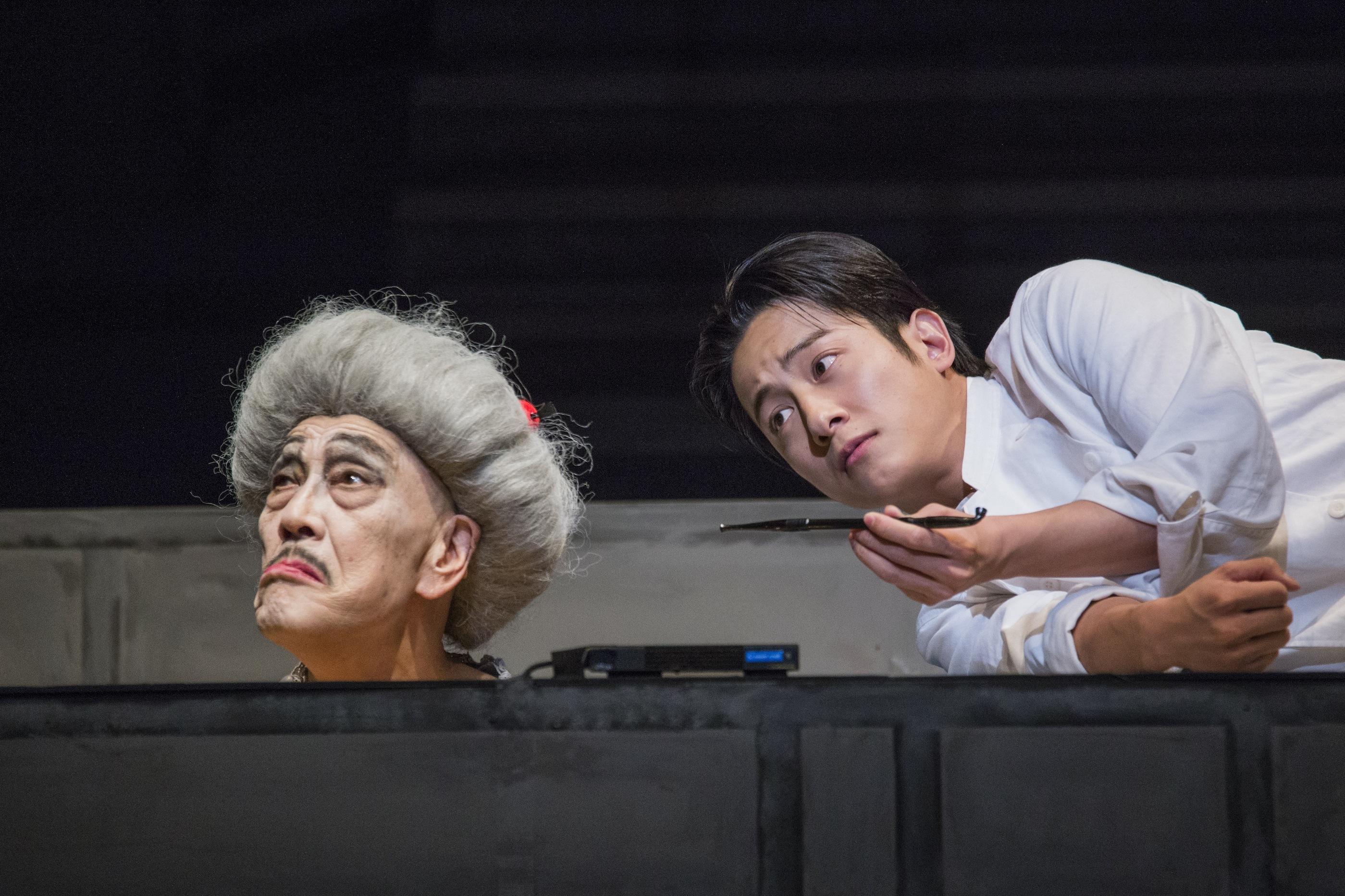 音楽劇『レミング』より (左より)麿赤兒、溝端淳平 (撮影:谷古宇正彦)