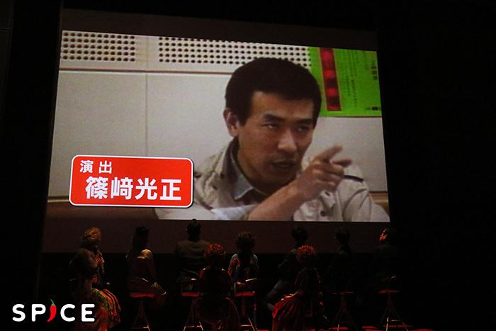 篠﨑が『アニー』演出を手掛けていた当時の映像も映し出された