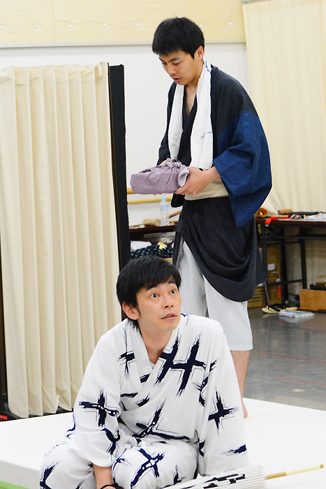 手前から岩田和浩、森岡龍 明後日プロデュースVol.2 芝居噺「名人長二」
