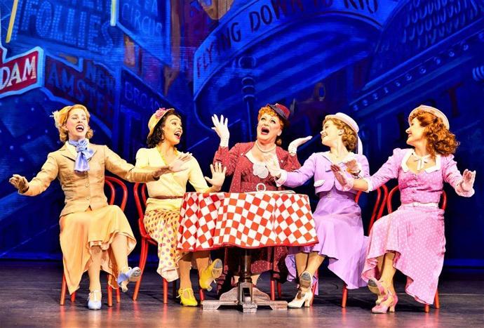 女性たちがタップを踏む〈踊ってごらん〉。カラフルな衣装とセットが美しい。©Brinkhoff/Mogenburg
