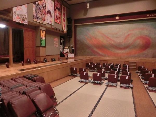 篠原演芸場内部。左上には公演中の劇団のタペストリーがかかっている。
