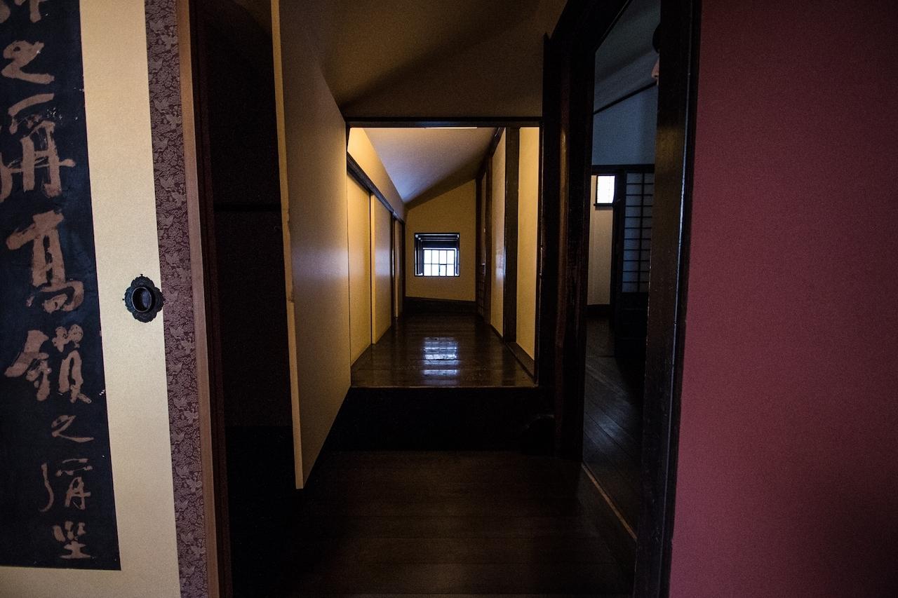 2階から見た天窓と「武者溜まり」。武士たちはここで息を潜めて待機していた