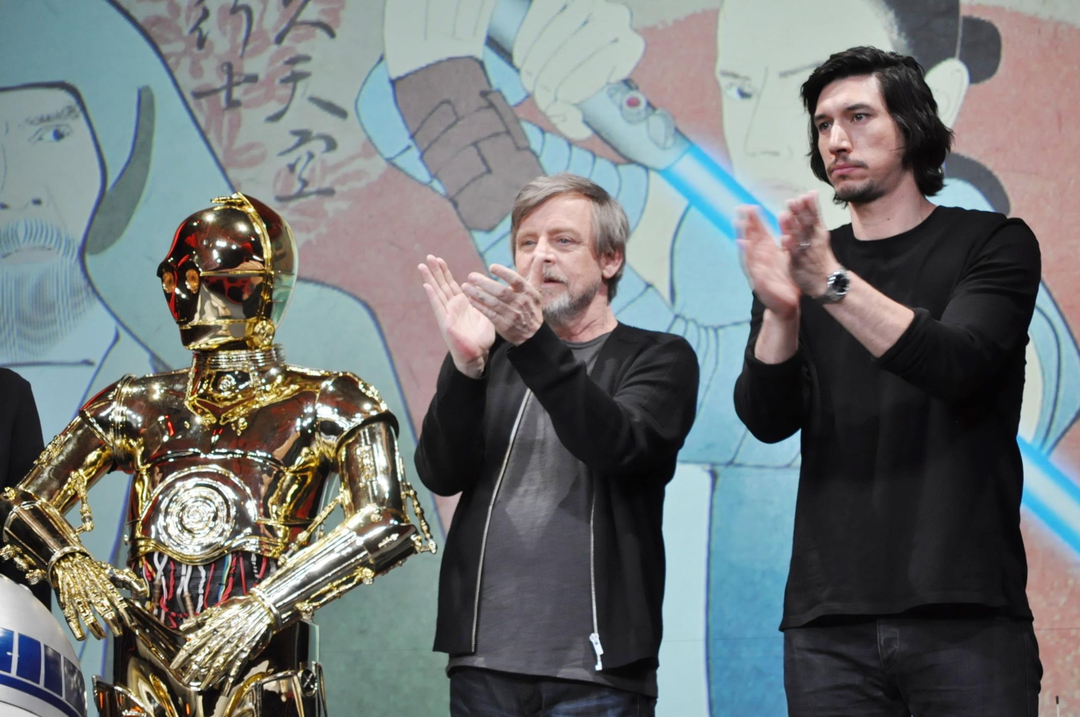 左から、C-3PO、マーク・ハミル、アダム・ドライバー