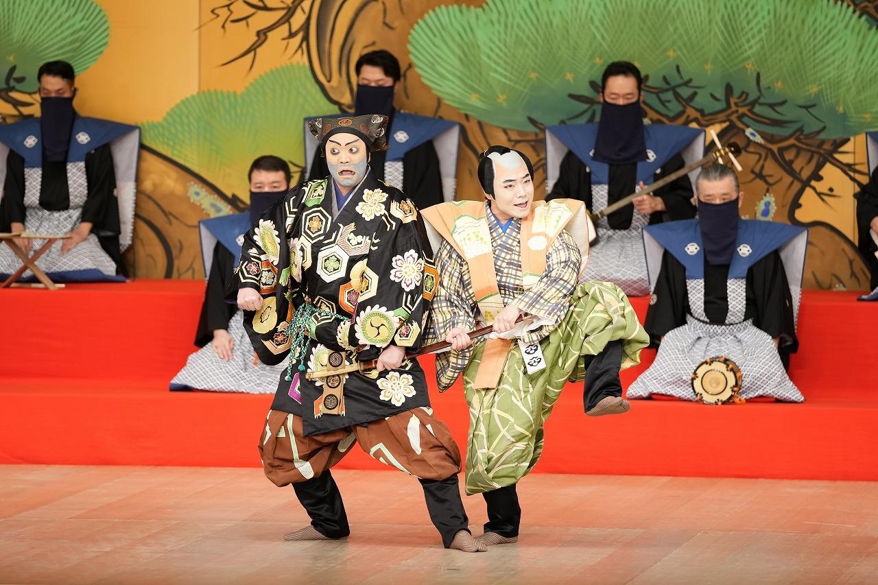 第二部『太刀盗人』(左より)すっぱの九郎兵衛=尾上松緑、田舎者万兵衛=中村鷹之資 /(C)松竹