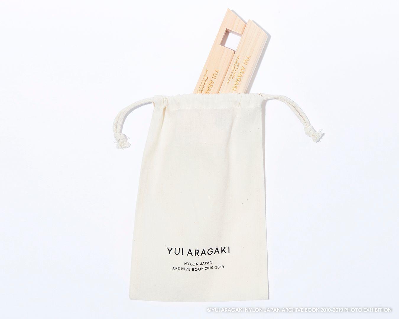ブックスタンドに付属するポーチ (C)YUI ARAGAKI NYLON JAPAN ARCHIVE BOOK 2010-2019 PHOTO EXHIBITION