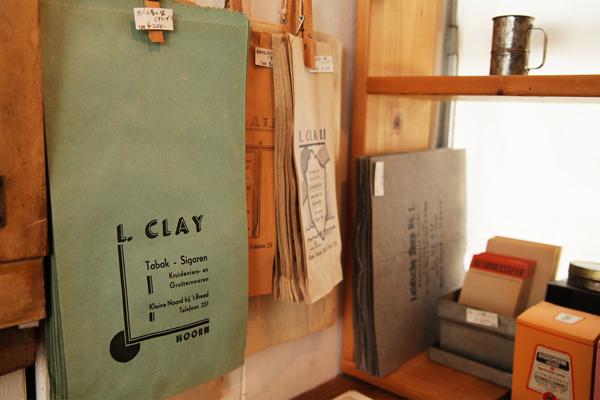 タバコ屋の紙袋。アンティークの紙ものも多く扱う。