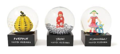 草間彌生のアートがモチーフのスノードーム、MoMA Design Storeで発売