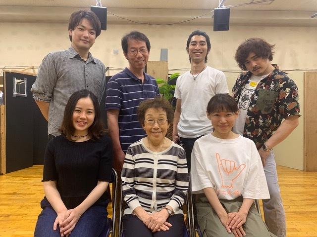 テアトル・エコー公演『バグ・ポリス』(ポール・スレイド・スミス作、永井寛孝演出)チームワーク抜群の7人の出演者たち。
