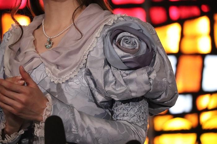 袖に薔薇があしらわれているんです。素敵ですね。