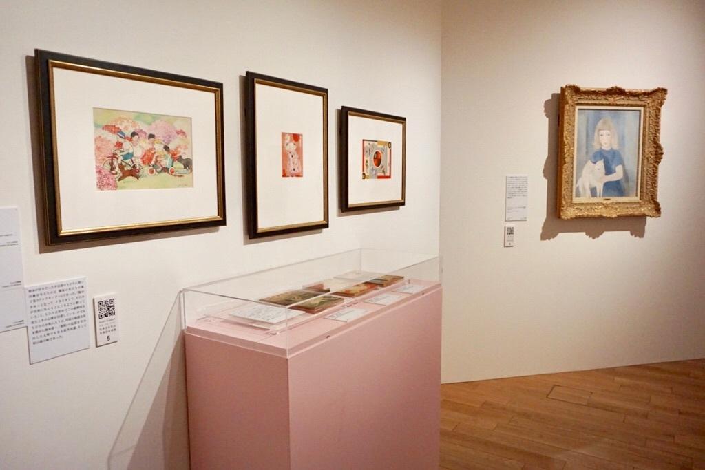 ちひろが影響を受けた絵雑誌『コドモノクニ』や岡本帰一、初山滋、村山知義の作品、マリー・ローランサンの作品などが並ぶ