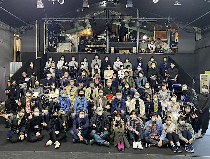 最終公演を終え、観客とスタッフ全員で記念撮影。最前列中央が、劇場プロデューサーの小熊ヒデジ