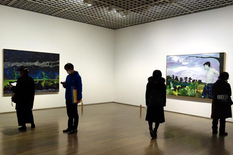 左:《天の川》1989–90 油彩、キャンバス 152x204cm 作家蔵、 右:《街のはずれで》1986–88 油彩、キャンバス 152x212.5cm 作家蔵