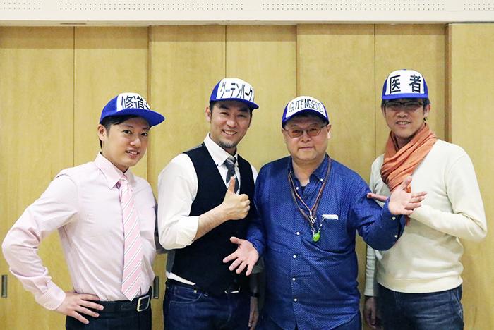 「一緒に遊ぼうぜ」の精神で、自ら持参してきたグーテンベルク帽を被る筆者も加わっての記念撮影