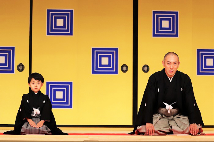 市川海老蔵(右)、堀越勸玄(左)