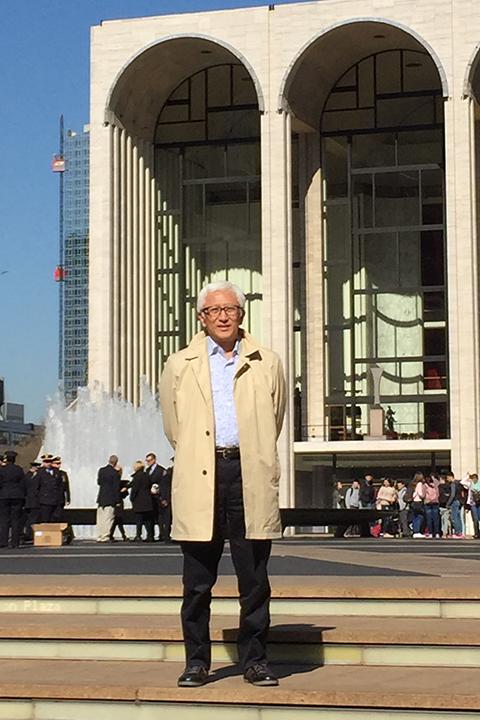 メトロポリタン歌劇場の前で(写真提供:中村時蔵)