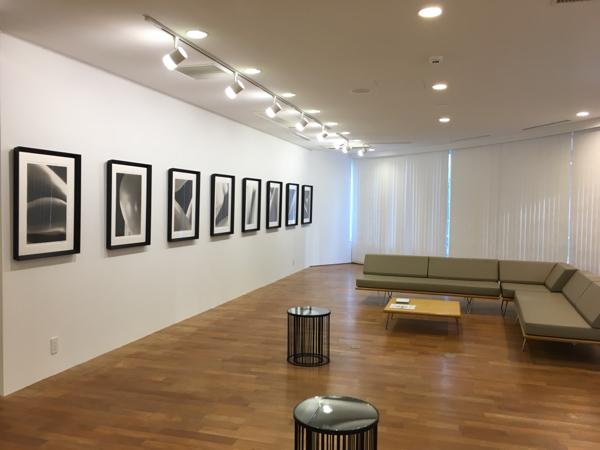 VIPラウンジ 高額作品の商談はこちらで行われる。 飾られているのは、YASUMICHI MORITAの作品