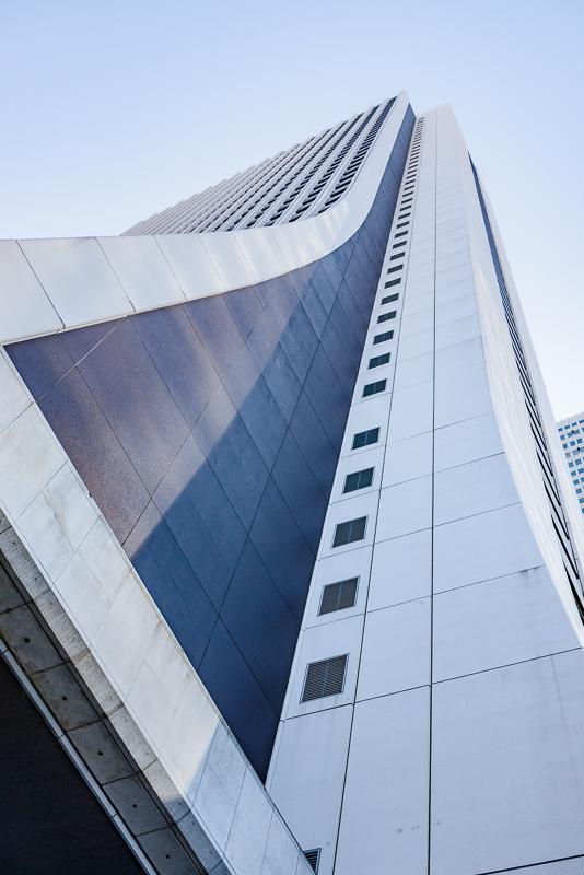 見上げるとこの形のビルです。