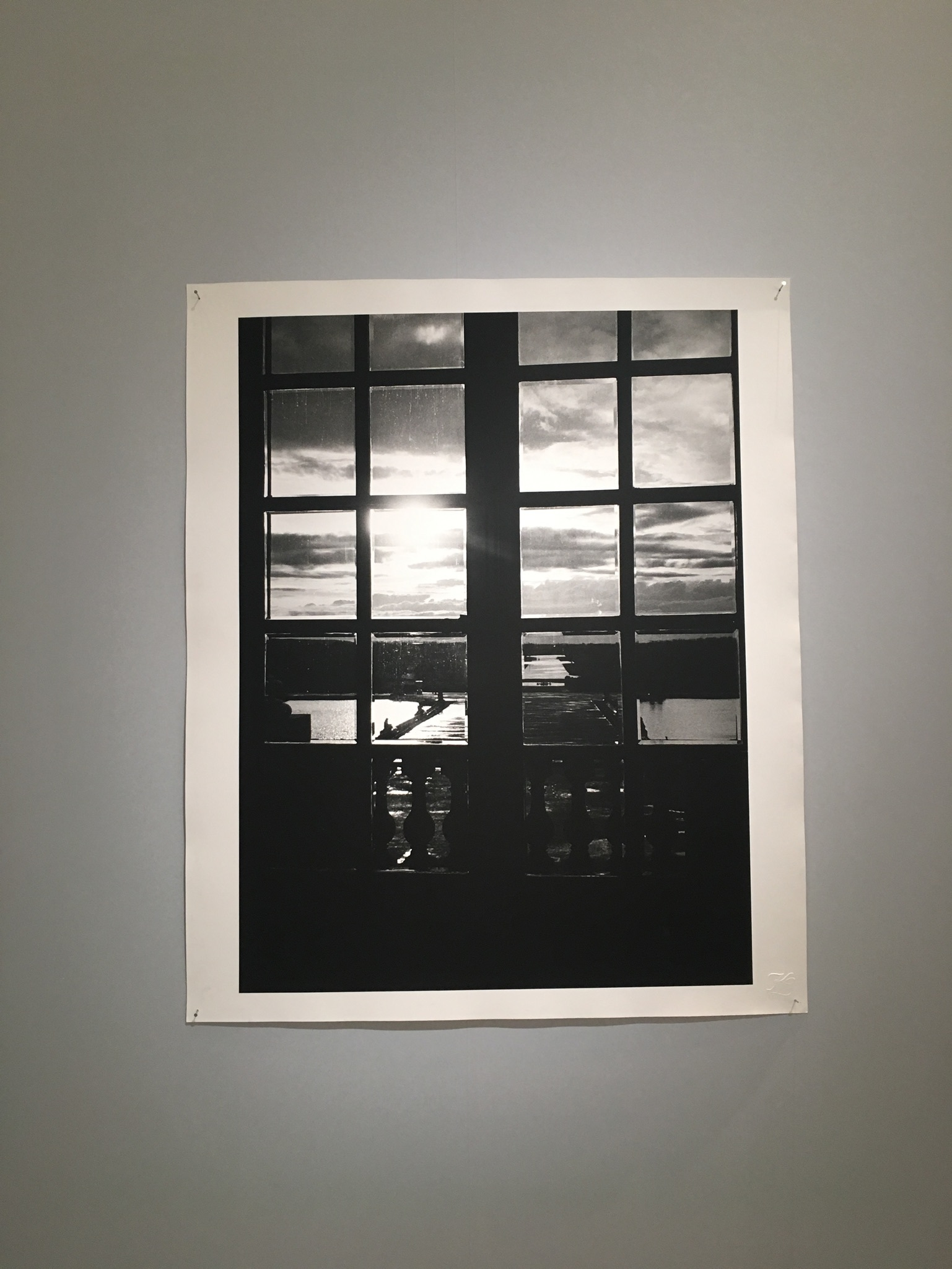 室内(鏡の間)から撮影した作品。5キロ先の地の果てまで写されているようだ。