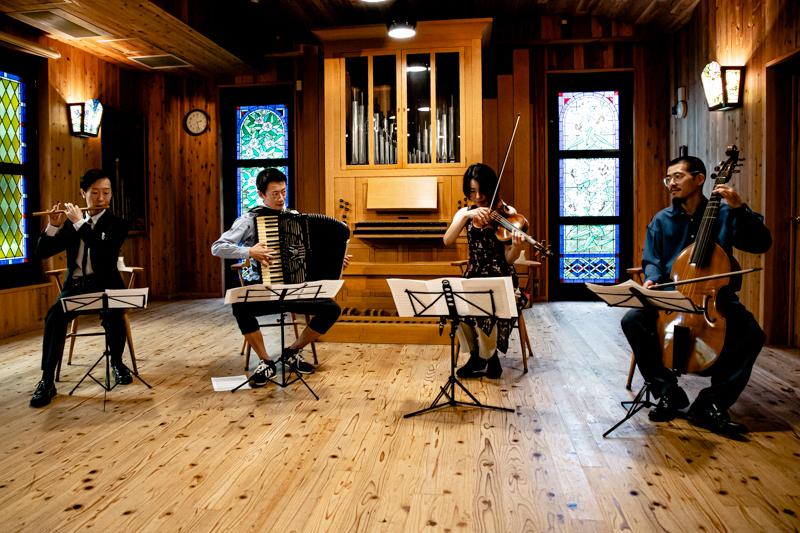左から、鳳聲晴久(篠笛)、大口俊輔(アコーディオン)、多井智紀(チェロ、ヴィオラダガンバ)、多井かな(ヴァイオリン、ヴィオラ)。