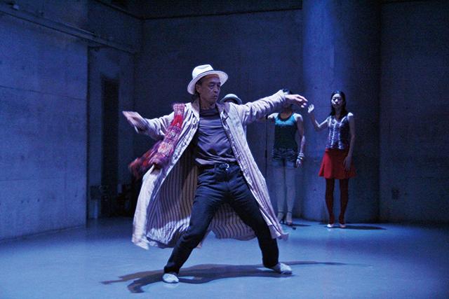 笠井叡『日本国憲法を踊る』より 写真:伊藤 孝