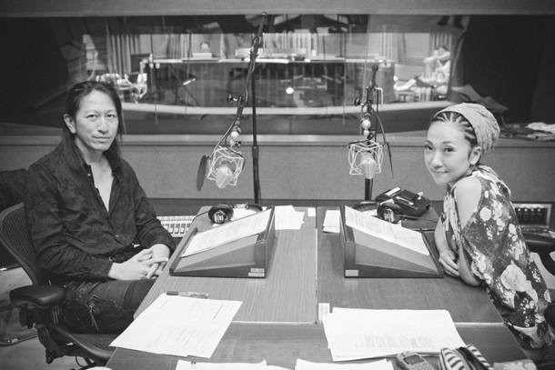 番組収録時のTAKURO(左)とMISIA(右)。