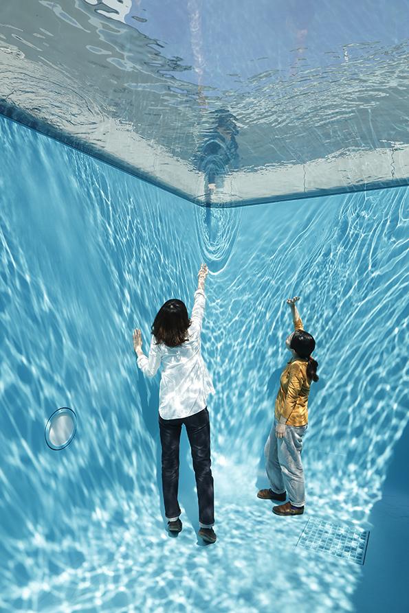 《スイミング・プール》 2004 年 コンクリート、ガラス、水 280 x 402 x 697 cm 所蔵:金沢21 世紀美術館 撮影:木奥惠三 画像提供:金沢21世紀美術館 ※参考図版