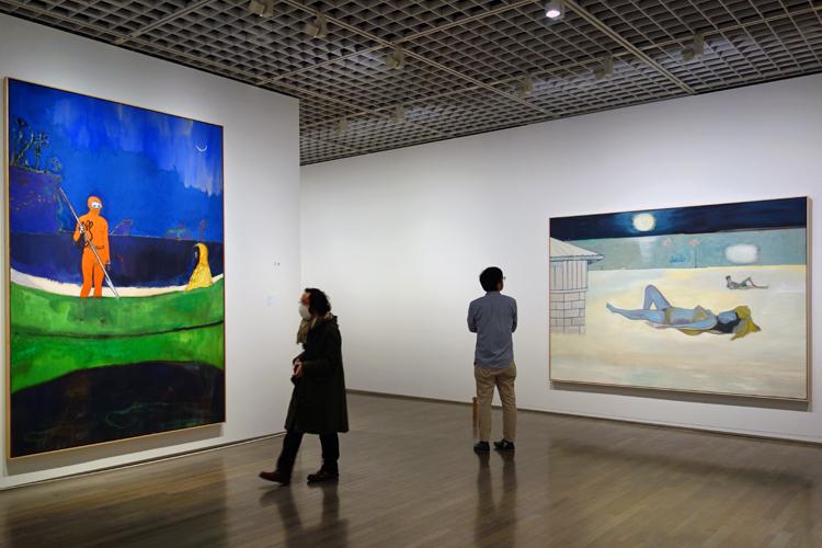 左:《スピアフィッシング》2013 油彩、麻 288x200cm 作家蔵、右:《夜の水浴者たち》2019 油彩、麻 200x275cm 作家蔵