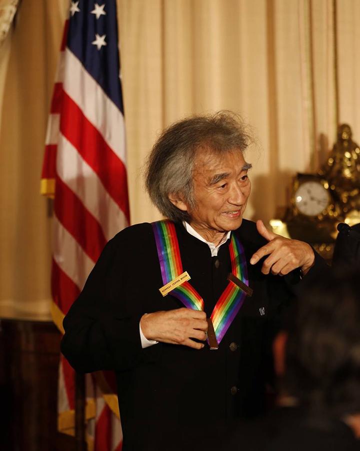 メダルを授与される小澤征爾 Photo:Scott Suchman/The Kennedy Center